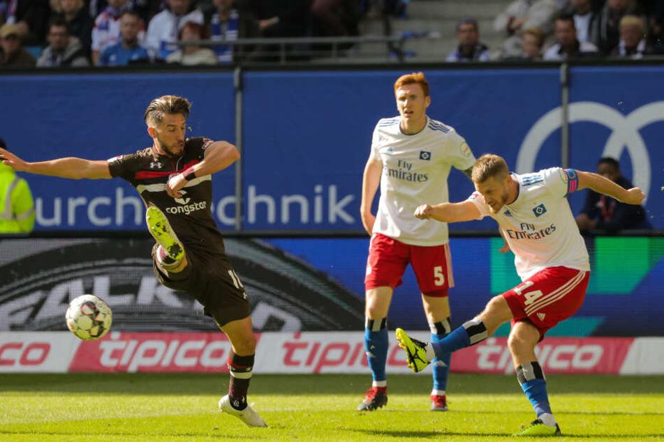 Beim 0:0 im Volksparkstadion versuchte Diamantakos einen Schuss von HSV-Spieler Aaron Hunt abzuwehren.