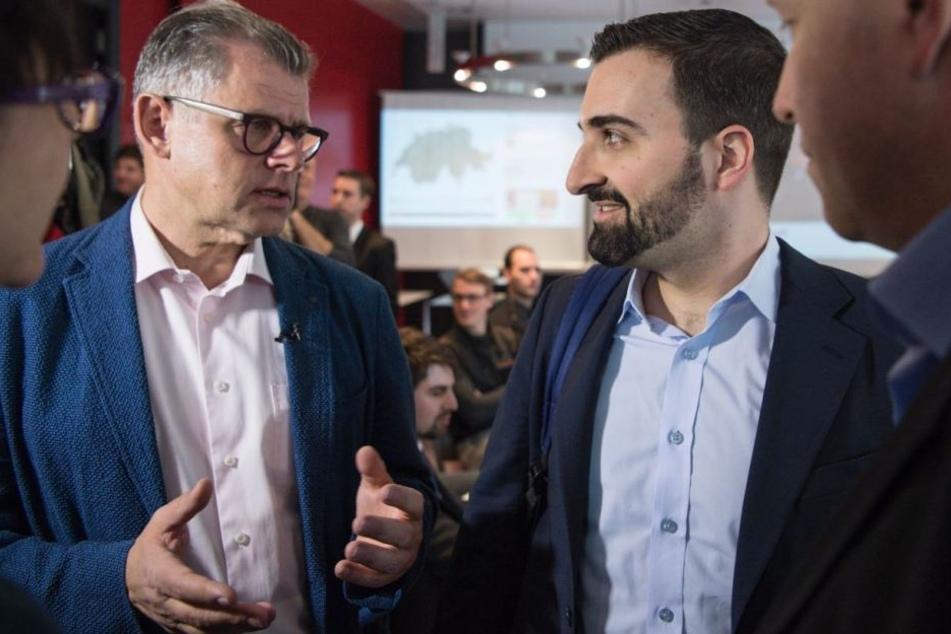 """Olivier Kessler (r) und Andreas Kleeb vom Initiativkomitee """"Ja zu No Billag"""" sprechen miteinander. Ihr Vorhaben wurde von der Mehrheit der Schweizer abgelehnt."""