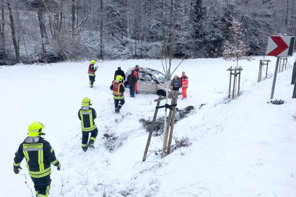 Auf der Talstraße zwischen Frohnau und Schönfeld kam ein Auto von der Straße ab und rutschte hundert Meter einen Abhang hinab.