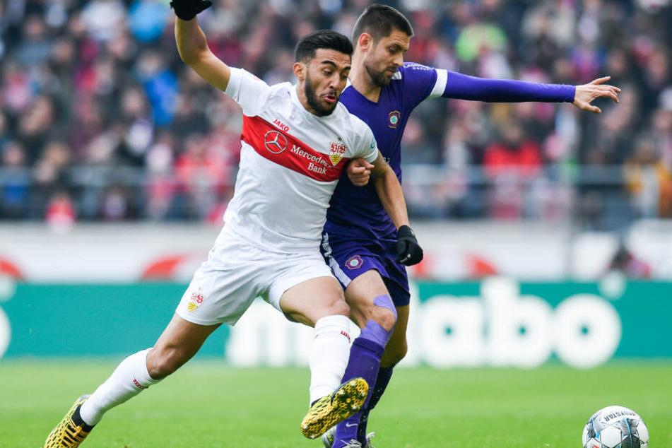 Nicolas Gonzalez (l.) vom VfB Stuttgart in Aktion gegen Dimitrij Nazarov (r.) von Erzgebirge Aue.