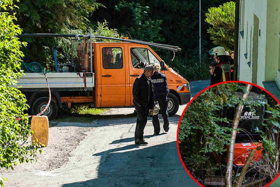 Pick-Up macht sich selbstständig: Arbeiter von Mini-Bagger überrollt!