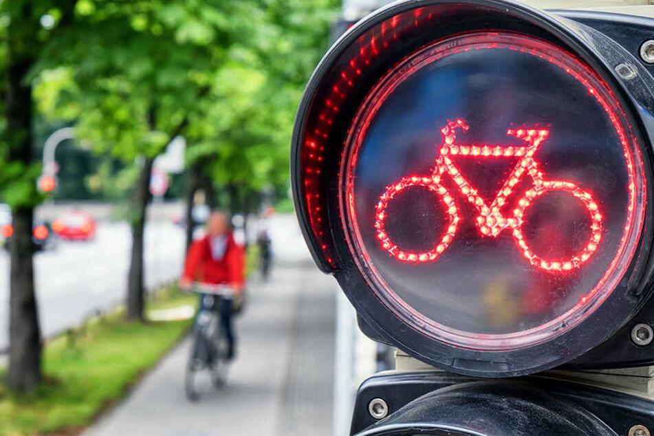 Die Radfahrerin (42) fuhr über Rot, wurde von einem Polizisten angehalten und fühlte sich dann belästigt (Symbolbild).
