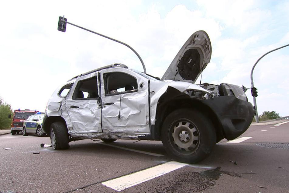 Zuerst kollidierte der Muldenkipper mit diesem Dacia, der ihm die Vorfahrt genommen hatte.