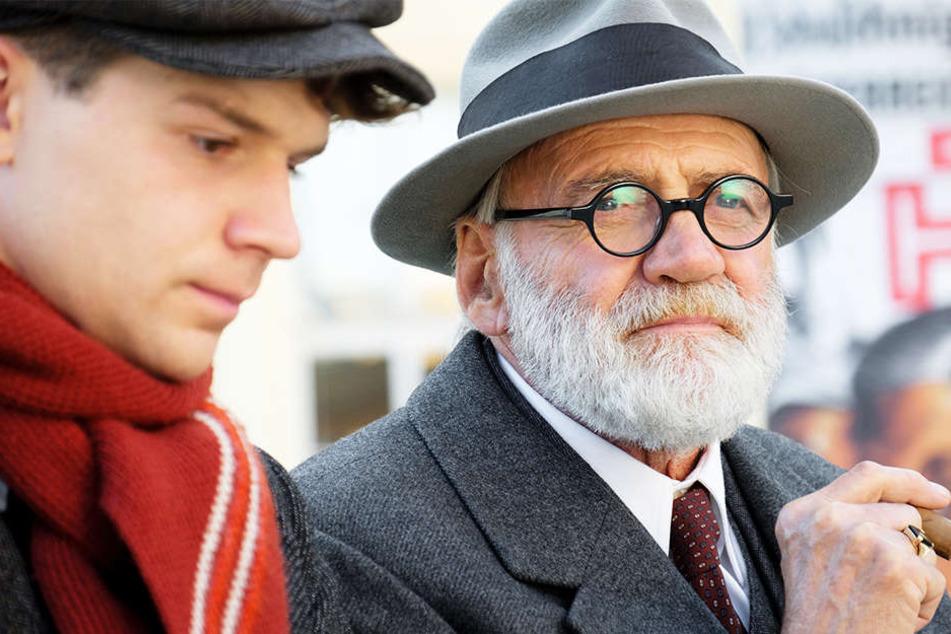 Professor Sigmund Freud (Bruno Ganz, r.) im Gespräch mit Franz Huchel (Simon Morzé, l.)