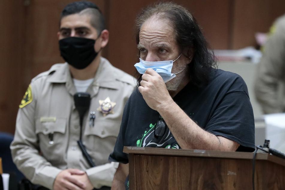 Der amerikanische Porno-Darsteller Ron Jeremy erscheint zur Anklage vor Gericht.