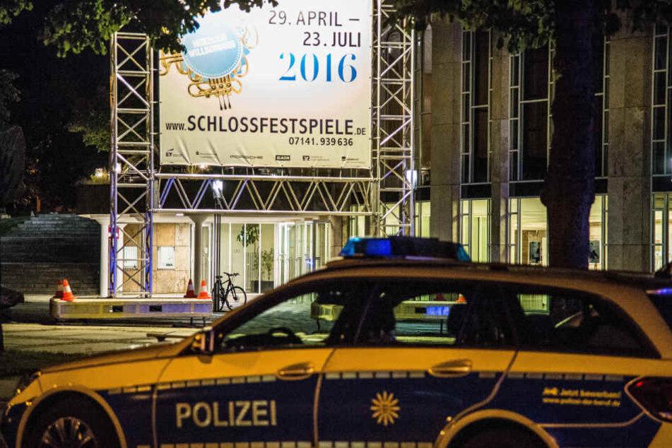 Polizeifahrzeuge stehen vor dem Forum am Schlosspark. Nach einer Bombendrohung mussten Gäste und Angestellte der Schlossfestspiele das Gebäude verlassen. (Archivbild)