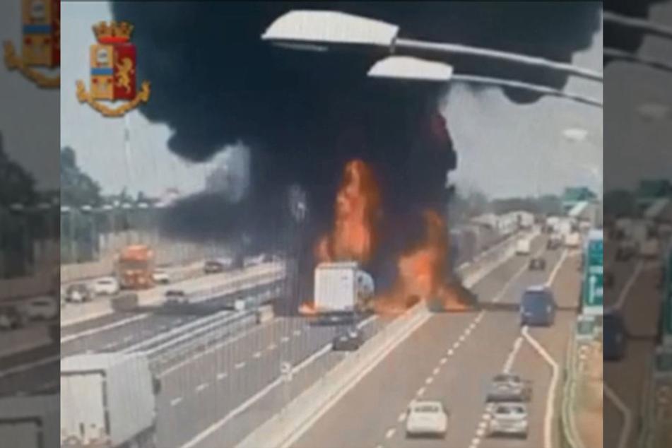 Schon bei der ersten Explosion war ein riesiger Feuerball aufgestiegen.
