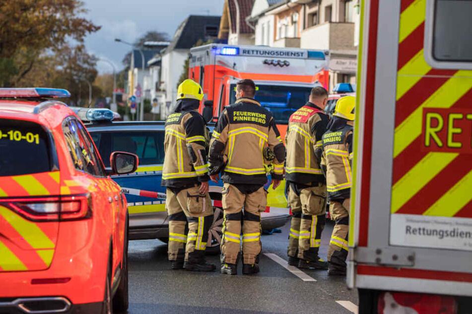 Feuerwehr, Rettungsdienst und Polizei sind am Unfallort im Einsatz.