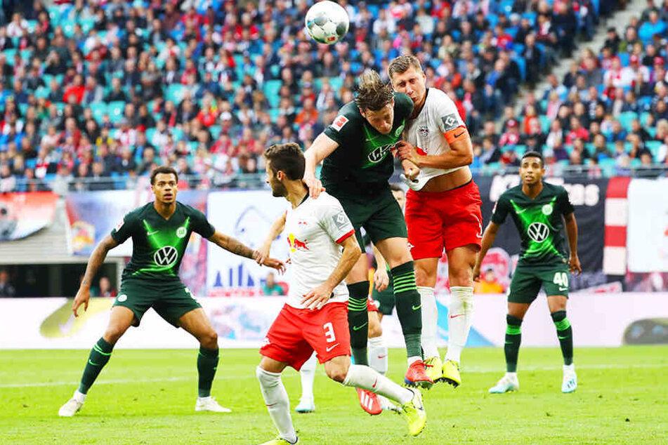 Der VfL Wolfsburg ist als einzige Mannschaft in der 1. Bundesliga noch ungeschlagen. In Leipzig rettete Torjäger Wout Weghorst (M.) den Wölfen mit seinem Treffer einen Punkt.