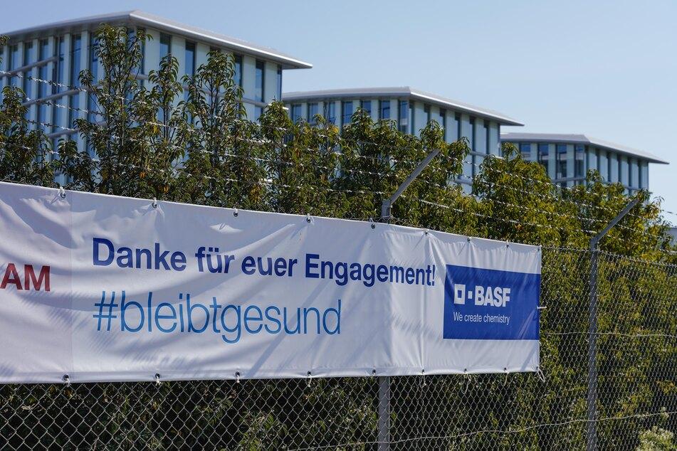 """Ein Transparent mit der Aufschrift """"Danke für euer Engagement! #bleibtgesund"""" hängt vor dem Verwaltungsgebäude am Stammwerk des Chemiekonzerns BASF. (Archivbild)"""
