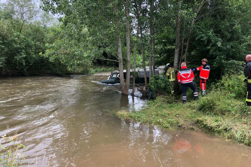 Das Fahrzeug befand sich im Wasser, die Autoinsassen mussten per Boot gerettet werden.