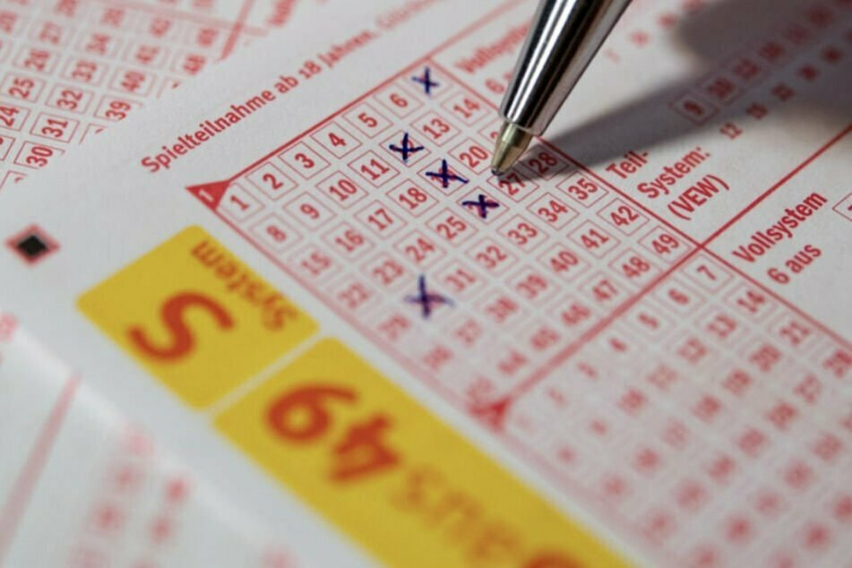Kurz vor Heiligabend: 80-Jähriger sahnt 3,9 Millionen Euro im Lotto ab