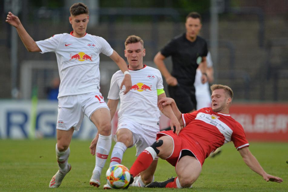 Tom Krauß (l, 18) von RB Leipzig hatte gegen Löwe keine Chance.