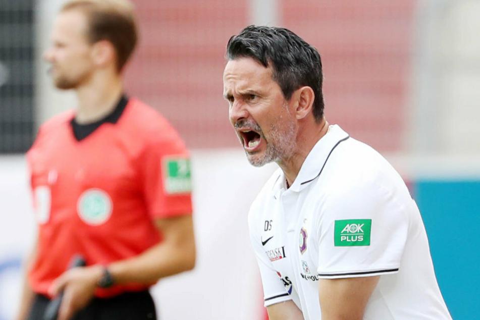 Aues Coach Dirk Schuster war auch in Regensburg engagiert an der Linie und trieb seine Truppe bis zum Schluss an.