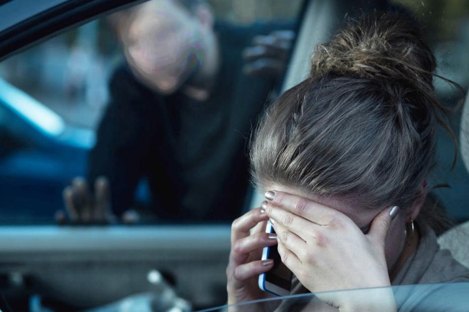 Während sie in ihrem Auto saß, erschien der Mann und begann, an sich herum zu spielen. (Symbolbild)