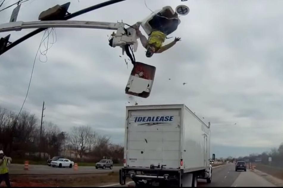 Der Bauarbeiter wurde von dem Lkw erwischt.