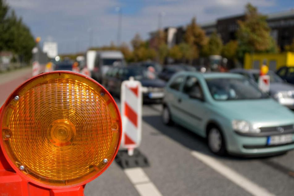 Aufgrund der Sperrung ist rund um Hamburg mit viel Verkehr zu rechnen. (Archivbild)