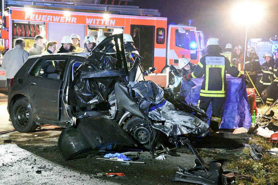 Feuerwehrleute und Polizisten stehen am 16. Oktober 016 an einer Unfallstelle auf der Autobahn 43.