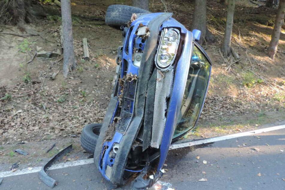 An einem Böschungshang drehte sich der VW und blieb auf der Fahrerseite liegen.