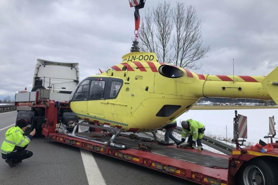 Ein spezieller Kran musste den Hubschrauber vom Anhänger heben.