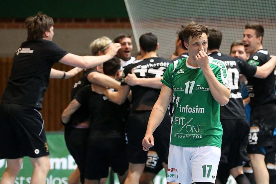 Während die Sieger vom HC Elbflorenz nach dem Abpfiff jubelnd im Kreis tanzten, war Rimpars Patrick Schmidt (v.) bitter enttäuscht.