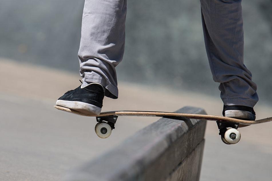 Der 15-jährige Skater wurde mit einer Gehirnerschütterung und mehreren Prellungen ins Krankenhaus gebracht.