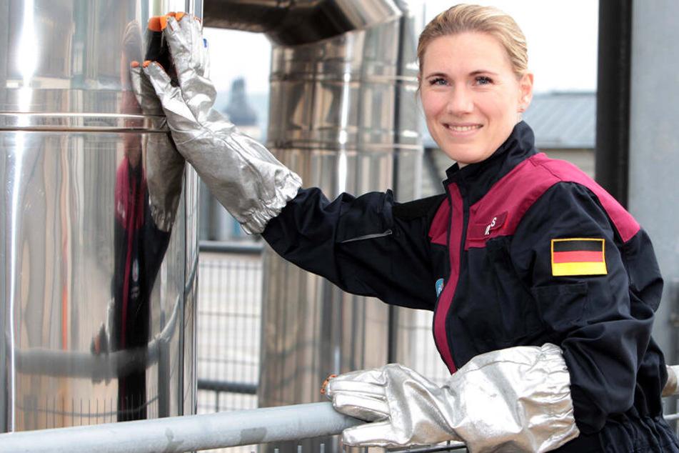 Anika Mehlis (37) trainiert für ihre Mission in dicken Astronauten-Handschuhen die Fingerfertigkeit.
