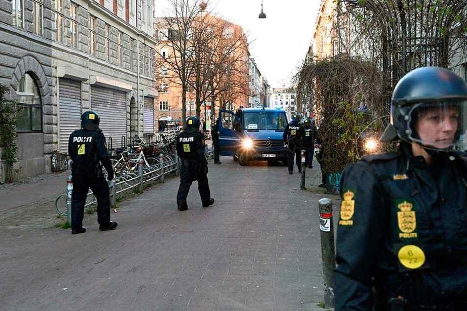 Dänische Polizisten patrouillieren nach den Krawallen gegen eine islamfeindliche Demonstration in Kopenhagen.