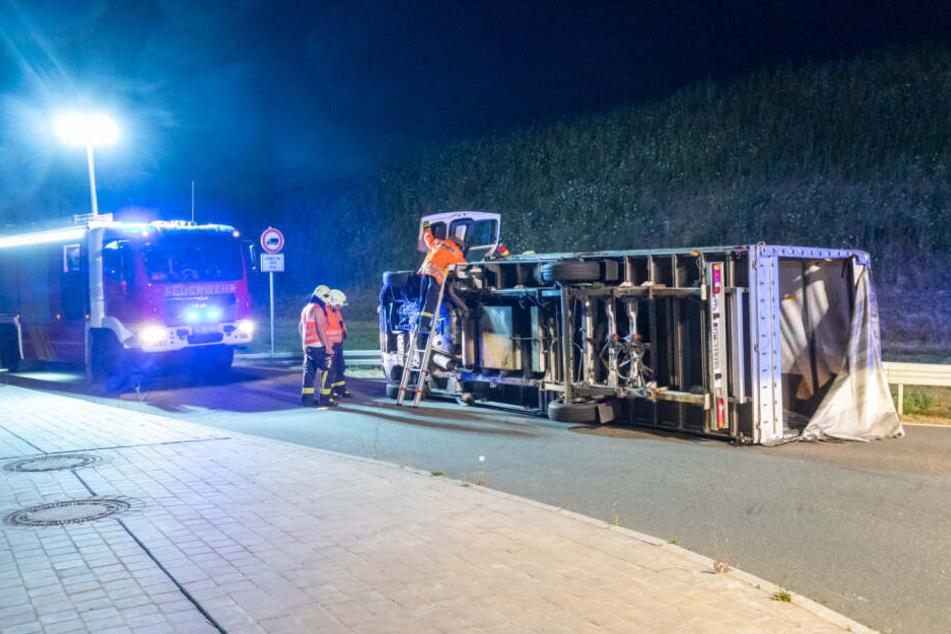 Der Laster blockierte die komplette Straße.