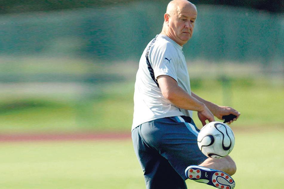 Hans-Jürgen Kreische hat's nicht verlernt! Der Ball gehorcht dem einst viermaligen Torschützenkönig der DDR-Oberliga noch immer.