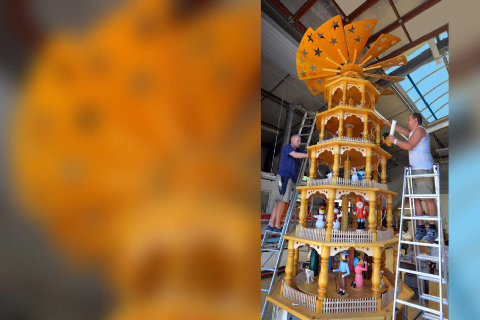 Letzte Handgriffe von Drechslermeister Matthias Schiebold (46, r.) und Tischler Tobias Fritzsch (38) am Weihnachtsmarkt-Klassiker. Die fünf Meter hohe Pyramide aus Mittelsachsen geht bald auf große Reise in die USA.