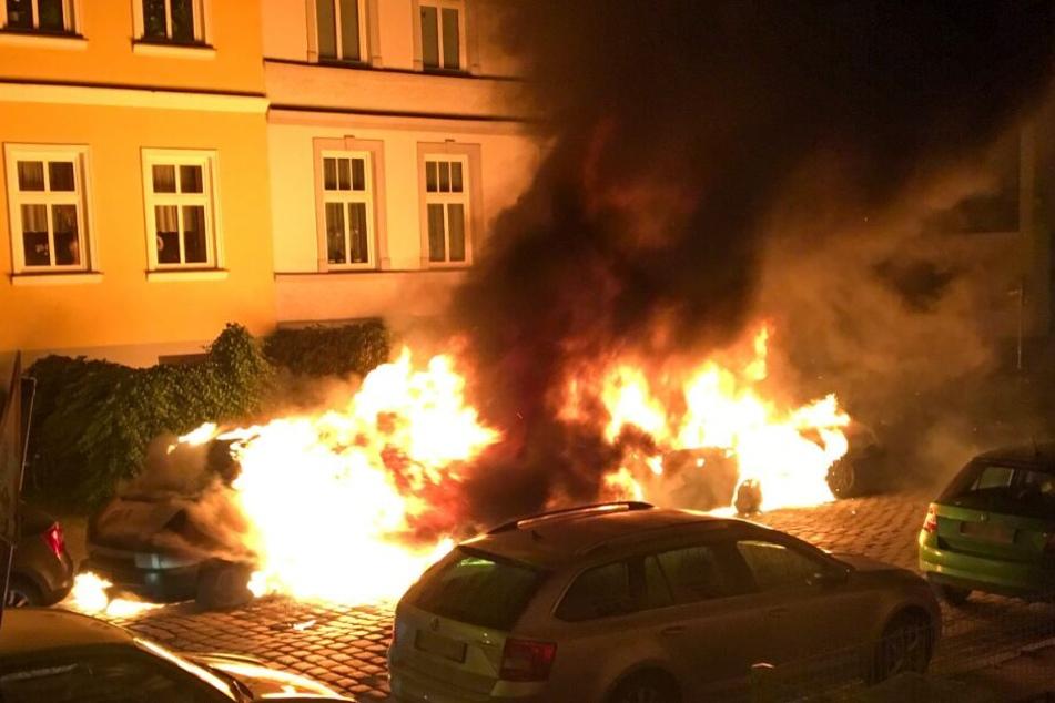 Drei Fahrzeuge brennen in einer Seitenstraße an der Unterwarnow.