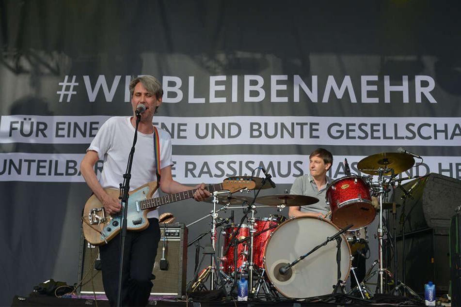 """Tausende Fans feierten die Hamburger Rockband """"Tocotronic"""" auf der """"Wir bleiben mehr""""-Bühne auf der Theaterstraße."""