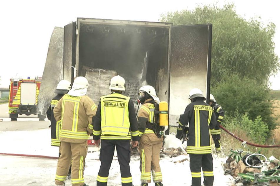 Der Fahrer koppelte den brennenden Anhänger ab, weshalb das Feuer nicht auf den Sattelzug übergriff.