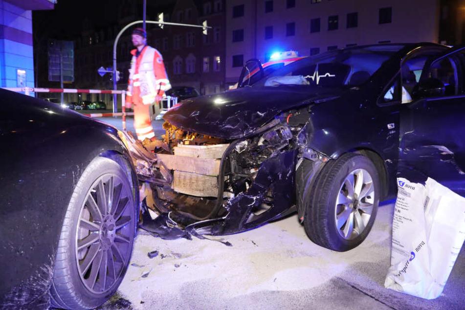 Die Autos weisen immensen Schaden auf.