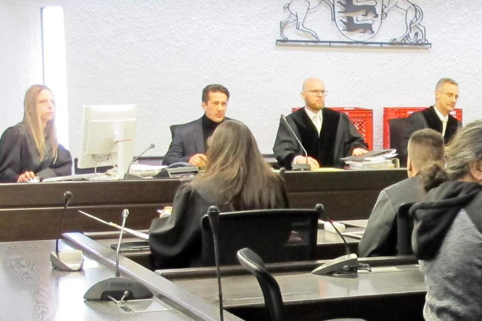 Der Hauptangeklagte (2.v.r.) sitzt im Gerichtssaal vor seinen Richtern.