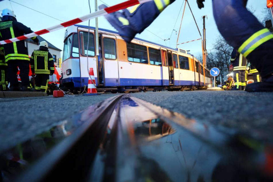 Warum der Autofahrer von der Straßenbahn erfasst wurde, ist noch unklar (Symbolbild).