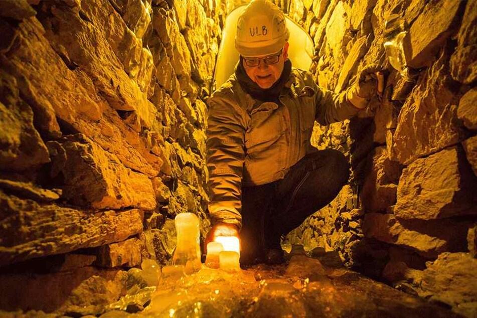 Bergführer Steffen Ulbricht (56) hat Eiskobolde im Fortuna-Stolln in Deutschneudorf entdeckt. Bald werden sich die bizarren Figuren wieder verflüssigen.