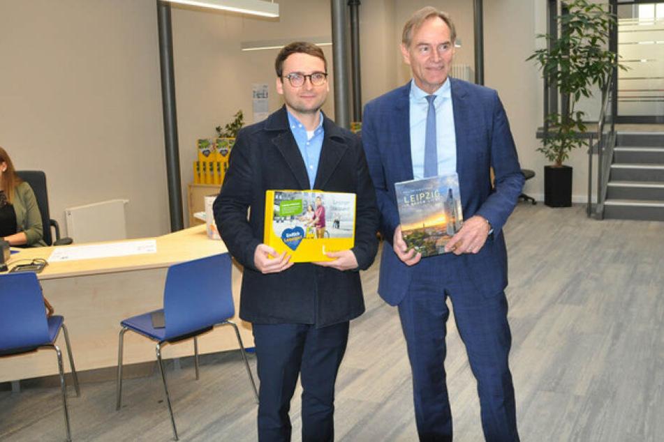 Thomas Voigt (l.) wurde am Montag persönlich von Oberbürgermeister Burkhard Jung als 600.000 Einwohner Leipzigs begrüßt.