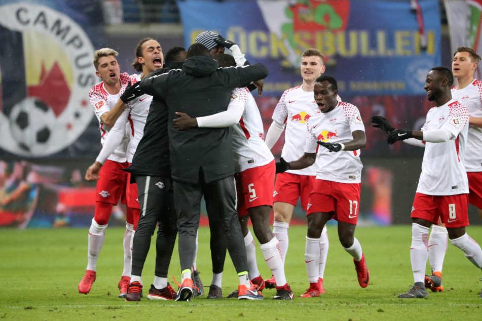 Ein Tor für die Mama, das er auf dem Platz aber mit Ersatzkeeper Yvon Mvogo feierte: Dayot Upamecano (#5) freute sich über sein erstes Tor für RB Leipzig.