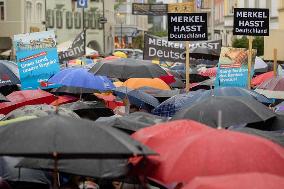 Merkelkritiker und AfD-Anhänger demonstrieren gegen eine Wahlkampfkundgebung von Bundeskanzlerin Merkel (63, CDU) auf dem Max-Josefs-Platz in Rosenheim.