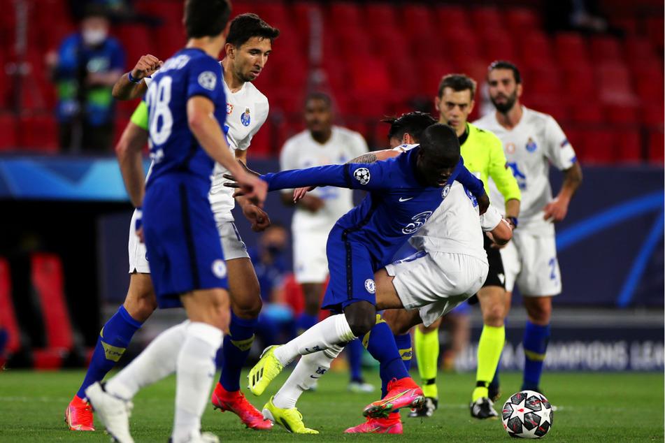 Chelseas Sechser N'Golo Kanté (4.v.r.) gewann wie gewohnt viele Zweikämpfe im Mittelfeld und spulte ein hohes Laufpensum ab.