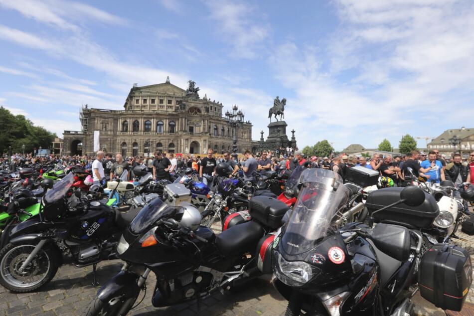 In Dresden demonstrierten 6000 Biker vor der Semperoper gegen ein drohendes Fahrverbot.