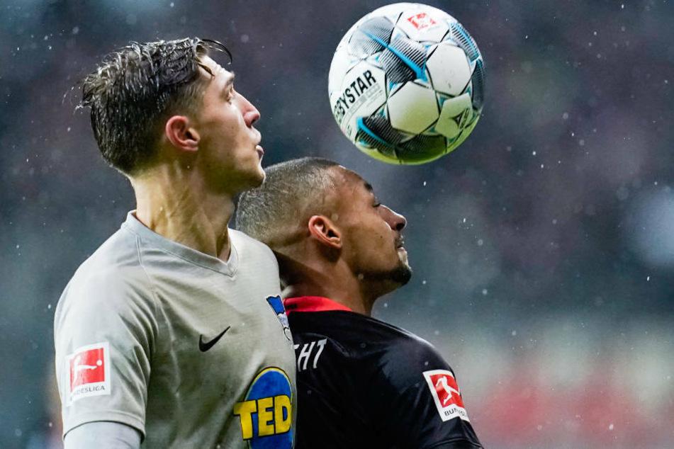 In der ersten Halbzeit ein intensives Spiel: Berlins Niklas Stark (l) und Frankfurts Djibril Sow kämpfen um den Ball