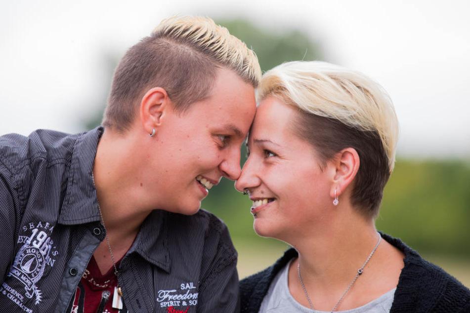 Sie wird es freuen! Marisa Meyer (r) und Marina Wolf dürfen nun endlich heiraten.