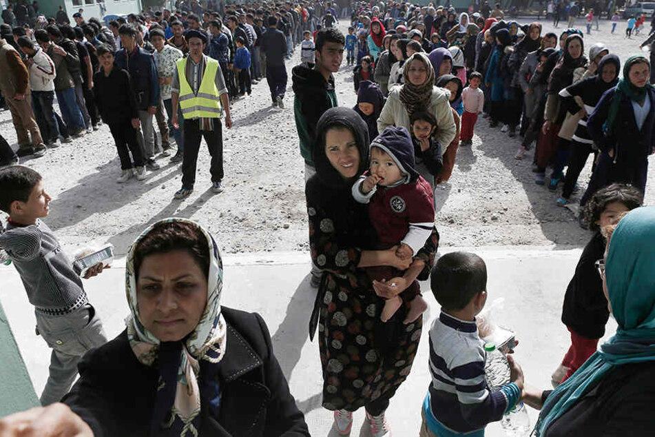 Die griechischen Behörden kommen kaum hinterher, genug Platz für ankommende Flüchtlinge zu schaffen.
