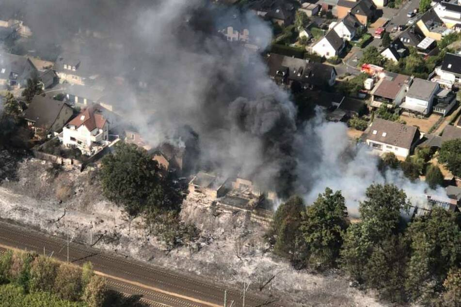Das Feuer griff schnell von der Böschung auf angrenzende Häuser über.