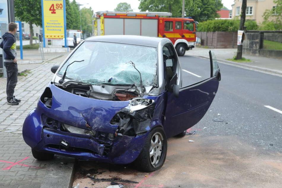 Der Smart der Frau (21) wurde bei dem Unfall völlig zerstört.