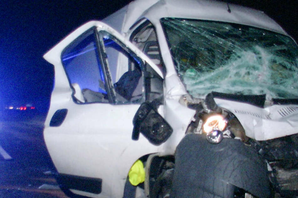 Der Transporter wurde durch den Aufprall stark beschädigt.