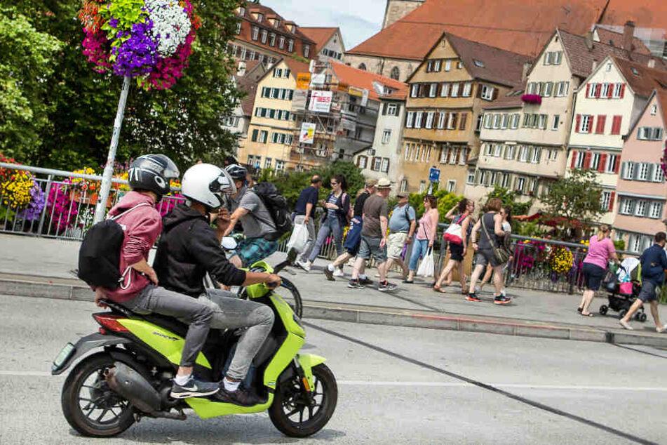 Wer in Tübingen seinen alten Roller verschrotten lässt, bekommt Unterstützung der Stadt. (Archivbild)